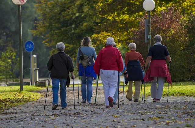senioři při nordic walking
